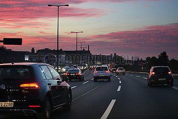 Berlin  Deutschland  Autos bei Daemmerung auf der Stadtautobahn A100 vor der Abfahrt Tempelhofer Damm