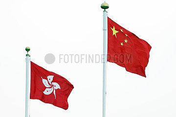 Hong Kong  China  Nationalfahne der Volksrepublik China und Laenderfahne von Hongkong