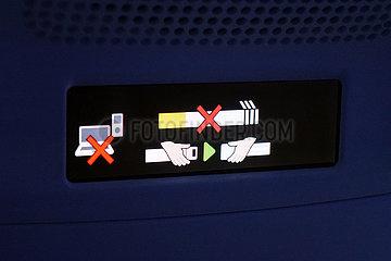 Helsinki  Finnland  Anschnallzeichen Laptop und Handyverbot sowie Nicht rauchen-Zeichen in einem Flugzeug
