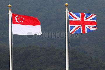 Hong Kong  China  Nationalfahnen von Singapur und Grossbritannien