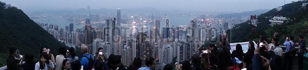 Hong Kong  China  Menschen geniessen den Blick vom Victoria Peak auf die Stadt