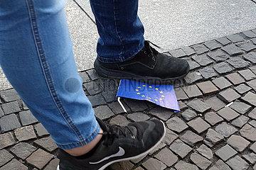 Berlin  Deutschland  Europafahne wird mit Fuessen getreten