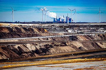 Garzweiler Tagebau und RWE Braunkohlekraftwerk Neurath