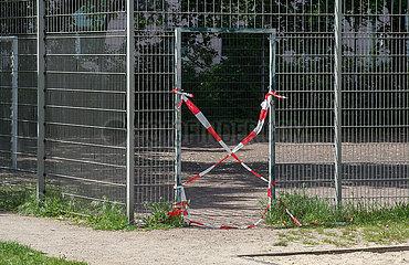 Berlin  Deutschland - Gesperrter Bolzplatz wegen Corona Pandemie
