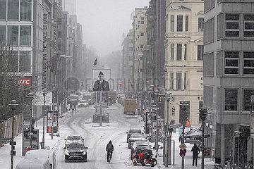 Berlin  Deutschland  Blick auf den ehemaligen Checkpoint Charlie bei heftigem Schneefall