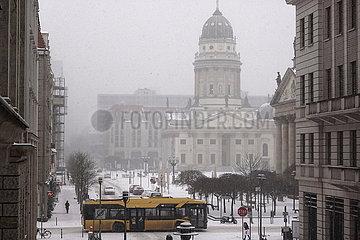 Berlin  Deutschland  heftiger Schneefall am Gendarmenmarkt