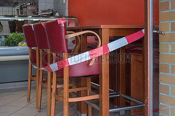 Berlin  Deutschland - Gesperrte Sitzplaetze im Imbiss wegen Corona Pandemie