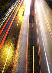 Berlin  Deutschland  Lichtspuren von Autos auf nasser Fahrbahn der A100