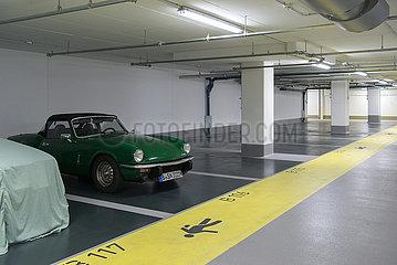 Berlin  Deutschland - Oldtimer in einem leeren Parkhaus