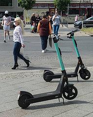 Berlin  Deutschland - Abgestellte E-Scooter auf dem Gehweg