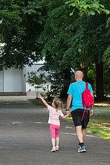 Berlin  Deutschland - Vater und Tochter auf dem Schulweg