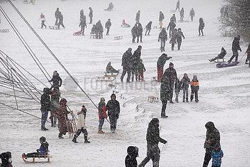 Berlin  Deutschland  Menschen beim Rodeln am Insulaner