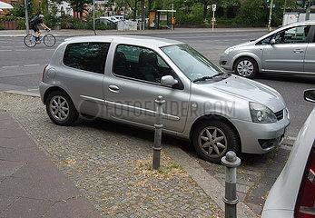 Berlin  Deutschland - Parkplatzprobleme und Falschparker