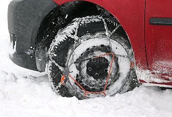 Graditz  Deutschland  Autoreifen mit aufgezogenen Schneeketten