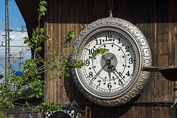 Berlin  Deutschland - Uhr an der Aussenfassade des Clubs Kater Blau
