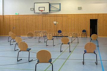 Berlin  Deutschland - Stuehle mit Abstand in der Sporthalle einer Schule