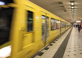 Berlin  Deutschland  U-Bahn der Linie 9 im Bahnhof Zoologischer Garten