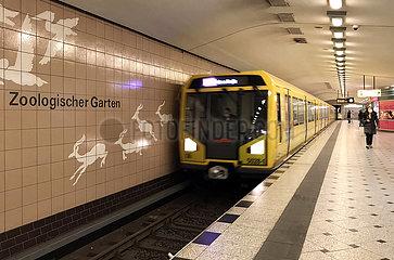 Berlin  Deutschland  U-Bahn der Linie 9 faehrt in den Bahnhof Zoologischer Garten ein
