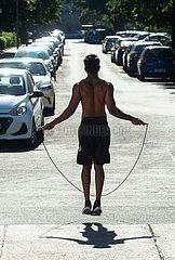 Berlin  Deutschland - Seilspringer auf der Strasse