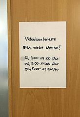 Berlin  Deutschland  Hinweis auf eine Videokonferenz an der Tuer eines Buerozimmers