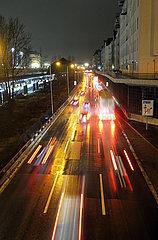 Berlin  Deutschland  Autos bei Nacht auf der A100 vor der Ausfahrt Kaiserdamm