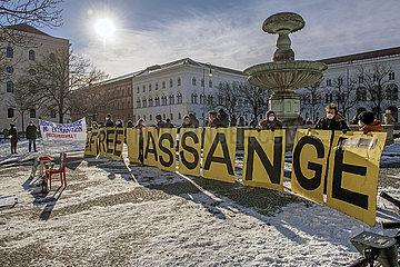 Mahnwache fuer Julian Assange  vor der Muenchener Universitaet  Februar 2021