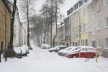 Wintereinbruch  zugeschneite Wohnstrasse  Essen  Nordrhein-Westfalen  Deutschland