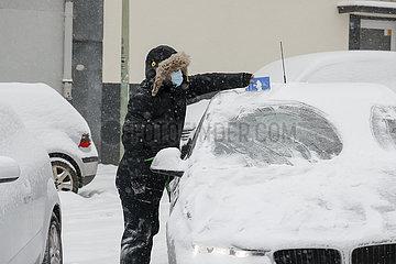 Wintereinbruch  Auto von Schnee und Eis freikratzen  Essen  Nordrhein-Westfalen  Deutschland