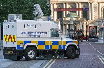 Grossbritannien  Nordirland  Belfast - gepanzerter Streifenwagen des Police Service of Northern Ireland  heute konfessionell gemischt  hinten City Hall