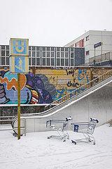 Wintereinbruch  Einkaufswagen stehen im Schnee  Essen  Nordrhein-Westfalen  Deutschland