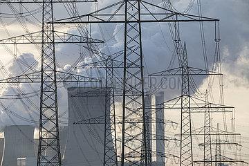 Blick durch Strommasten auf das Kohlekraftwerk Niederaußem