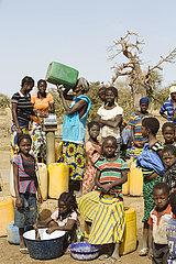 Wasserstelle vor Baobab Baeumen