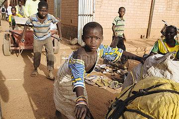 Kinder als Lastentraeger auf dem Markt