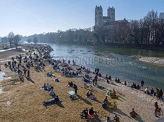Andrang in den Isarauen  Muenchener geniessen das schoene Wetter  Wochenende  Februar 2021