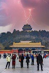 Peking - Blitzeinschlag im Wanchun Ting Pavillon | Beijing - Lightning strike in the Wanchun Ting Pavilion