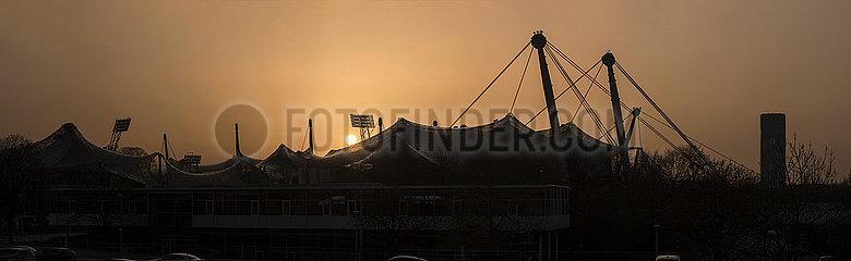 Olympia Zeltdach bei Sonnenuntergang  Abendrot  Muenchen  Februar 2021