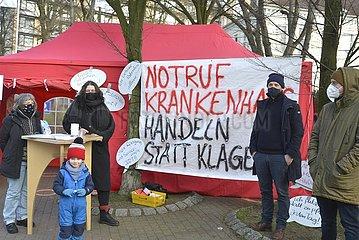 Dauermahnwache mit Romana Knezevic (2.v.l.) vor Krankenhaus in Hamburg  St.Georg