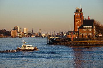 Blick auf die Elbe und das Lotsenhaus