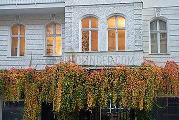 Berlin  Deutschland - Erleuchtete Wohnung in einer Gruenderzeit-Immobilie