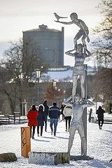 Emscherkunst im Schnee  SPIRITS OF THE EMSCHER VALLEY  TOTEM MIT ELSTER  Dortmund  Ruhrgebiet  Nordrhein-Westfalen  Deutschland