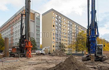 Berlin  Deutschland - Beginn von Bauarbeiten zur Nachverdichtung im Wohnungsbau in einem Wohngebiet