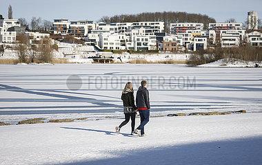 Spaziergaenger am Phoenix-See im Winter bei Eis und Schnee  Dortmund  Ruhrgebiet  Nordrhein-Westfalen  Deutschland