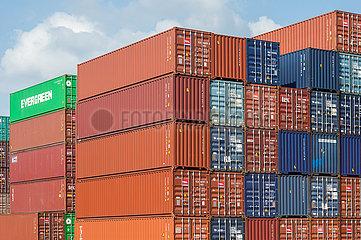Genua  Italien - Containerstapel im Hafen