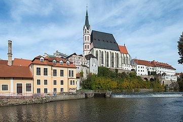 Cesky Krumlov  Tschechische Republik - Historische Bebauung in der Altstadt mit Moldau und Blick zur Pfarrkirche St. Veit