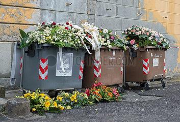 Genua  Italien - Blumenschmuck von Trauerfeiern und Beerdigungen im Abfall