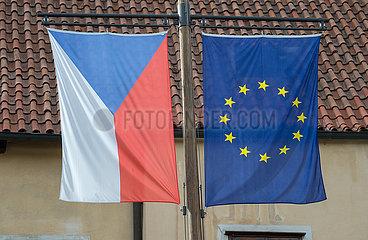 Cesky Krumlov  Tschechische Republik - Die Flaggen von Tschechien und der Europaeischen Union