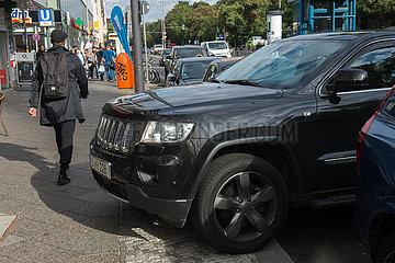 Berlin  Deutschland - Ein SUV - Gelaendewagen parkt auf dem Gehweg