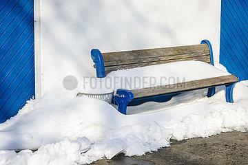 Eis und Schnee an der Lippe  Sitzbank mit Schnee  Hamm  Ruhrgebiet  Nordrhein-Westfalen  Deutschland