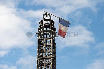 Berlin  Deutschland - Umgeknickte franzoesische Flagge auf einer Eiffelturm-Miniatur
