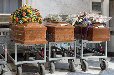 Genua  Italien - Saerge in der Totenhalle des Friedhofs Staglieno